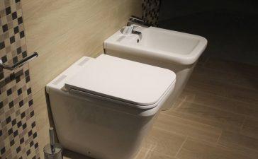 Czym kierować się, wybierając płytki do łazienki?